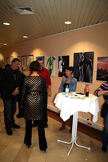 Tag der offenen Tür im BMI - Die Frau Bundesminister auf dem Weg zu den Gemälden Dieter Poindl´s