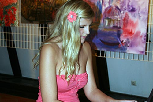 Die musische Künstlerin Melissa Poindl am Klavier