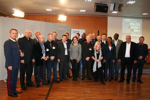 Die Künstler mit der offiziellen Delegation des BMI