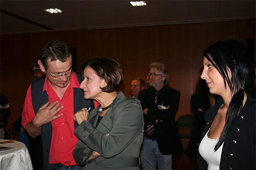 Dieter Poindl - Die Frau BM lauscht den Ausführungen des Künstlers über seine Gemälde