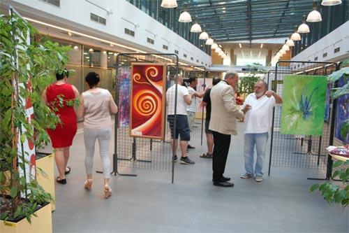 Dieter Poindl - aus dem Zyklus Kunst ist überall zu Hause, Betrachtung der ausgestellten Gemälde